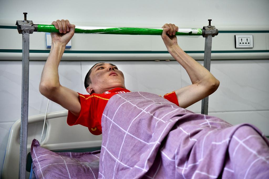 """""""黎明使者""""郁铮摸:15年的瘫卧失明与坚持8年的健康叫醒"""