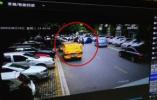 视频|杭州俩小孩被卷车底,多人冲上去抬车