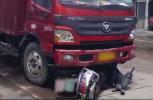 视频|惊险!货车撞倒电动车拖行30余米 车上女子捡回一命