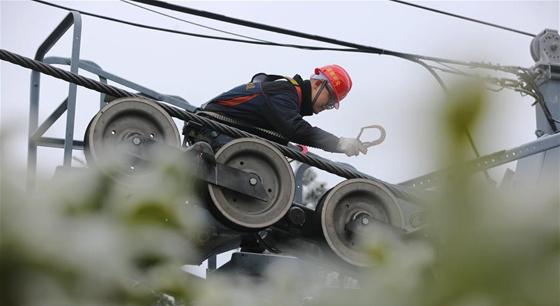 湖南张家界:冰雪下的高空索道巡检工