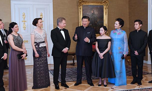 习近平同芬兰总统尼尼斯托共同会见中芬冰雪运动员代表