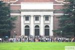 暑期名校游升温!清华大学再迎参观高峰期 校园内游人如织