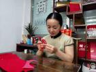 【奋进新时代 出彩河南人】贾艳梅:制作国礼剪纸的非遗传承人