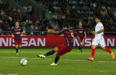 苏亚雷斯抓住对方失误得球近射破门。