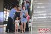 郑州高铁站务员脚步忙 每天走3万步约18公里