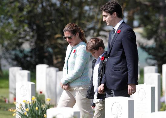 加拿大总理特鲁多携夫人与儿子前往加拿大军人墓园哀悼在二战中牺