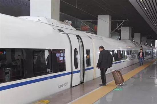 铁路将实行新的列车运行图,郑州站和东站的车次也将发生变化.-
