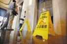 大连居民楼电梯停运 八旬老太下楼摔倒谁担责?