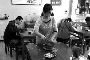 媒体探访粮食浪费现状:政府食堂2元3菜剩饭多