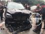 四川南充:无牌越野车闹市狂奔 连撞6车致2人受伤