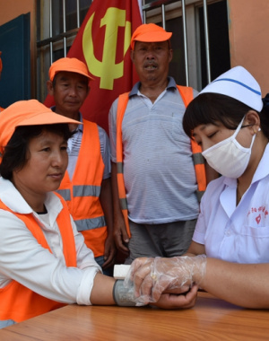 河南沁阳:为环卫工人送健康