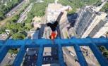 小伙在摩天大楼楼顶练后空翻