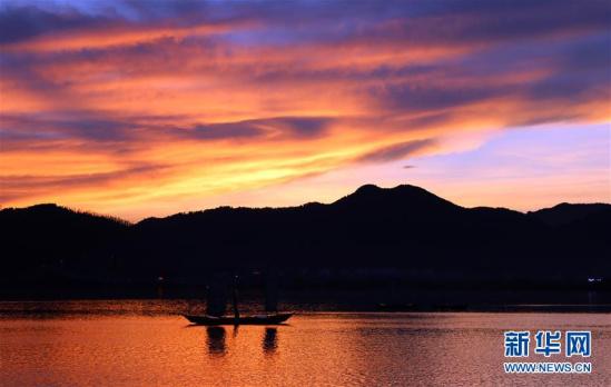 (晚报)(2)立秋日滇池上空出现七彩云霞