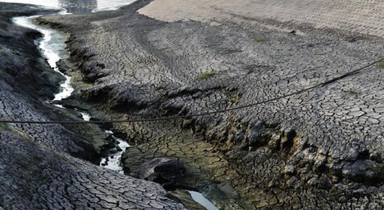 重庆高温下河滩干旱土地龟裂 场面壮观