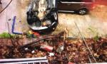 女司机倒车时不慎坠下8米高护坡 无伤淡定爬出