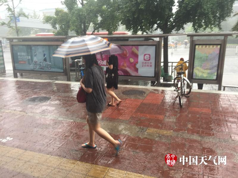 北京晚高峰时段降雨
