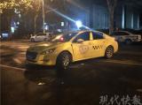 南京一摩托车迎面撞上出租车 一人飞出十多米