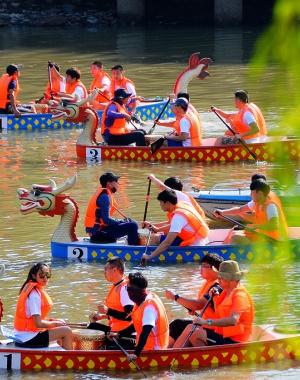 家庭龙舟赛在南京石头城秦淮河上举行
