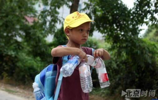 7岁娃捡废品为妹治病