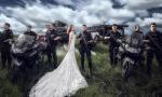 特警在训练场拍婚纱照