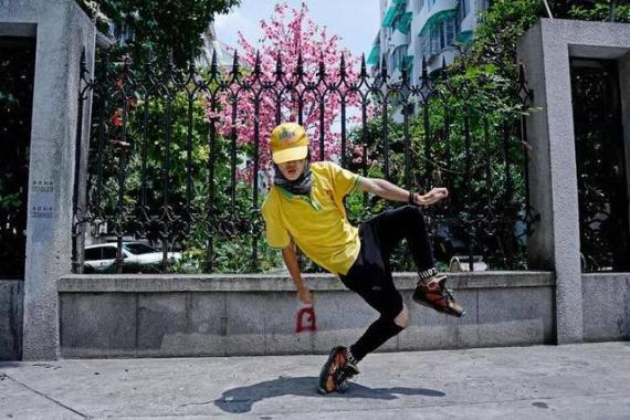 杭州超市卖肉小伙下班化身街头舞蹈精灵,炫舞迷住老外作家