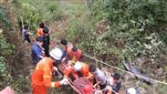 云南文山:车辆坠崖 7名被困者成功获救