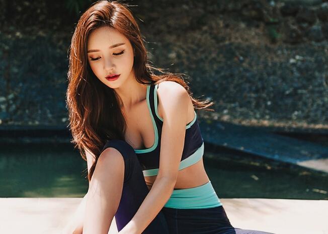 韩美女示范瑜伽动作