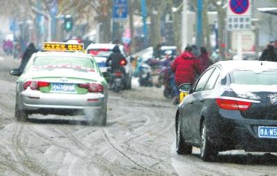 大雪来袭,不少车主的车牌被积雪挡住而无法辨识。交警提醒,车牌上的积雪要及时清除,否则将按照故意遮挡号牌处理。