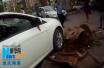 女司机驾车失控撞开一面墙 里面还有六七人在上班!