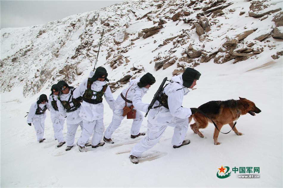 边疆军人深雪翻山戍边