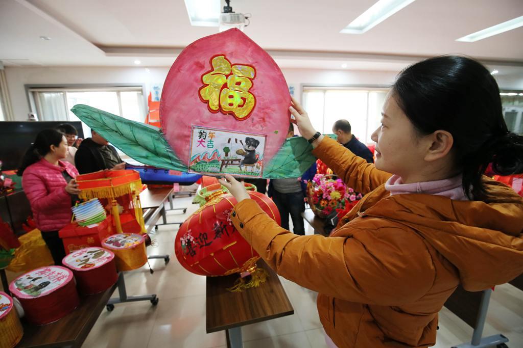 潍坊:废物利用制花灯