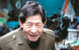 暖闻|杭州86岁老人背弯如弓,深夜拾荒资助寒门大学生