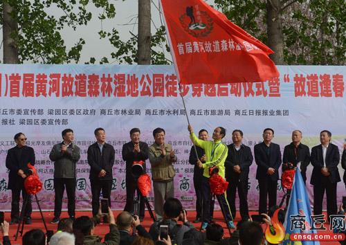 为运动员代表授旗。 本报记者 崔 坤 摄