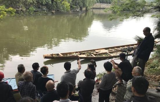 4月22日,市民在翻舟事发地围观。 新华社 图