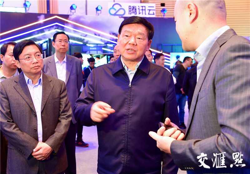 5月11日,省委书记娄勤俭与出席第二届全球未来网络发展峰会的部分专家学者和嘉宾座谈。交汇点记者 张筠 摄