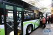 女乘客头发卡进公交车逃生锤内 引发一场虚惊
