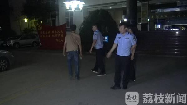 南京两男子互殴成血人 获胜者高喊:还打不打了?
