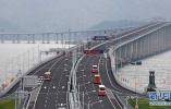 歷史時刻!港珠澳大橋正式通車:第一輛穿梭巴士駛上大橋