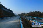 """回家路成""""糟心路""""衡水故城村民连夜填补坑洼路面"""