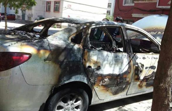 """葫芦岛一小区4车深夜着火 其中一辆被烧得""""体无完肤"""""""