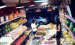 女小偷水果店里偷完钱包 用偷来的钱买斤樱桃才走