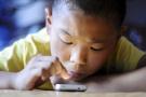 """玩手机上瘾被父亲""""教训"""" 德州男孩报警求民警抓亲爹"""