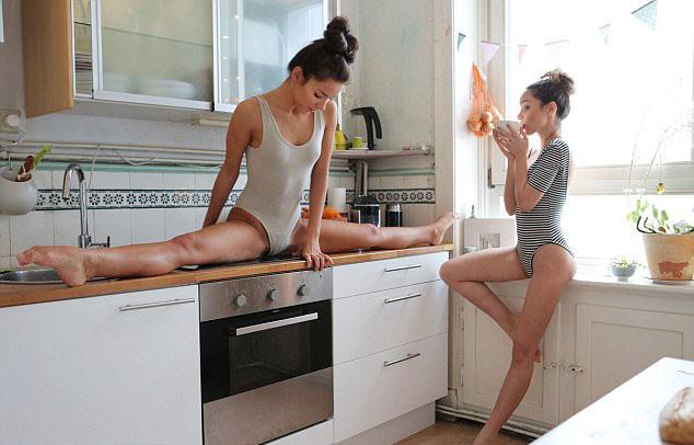 花式秀柔韧性!乌克兰双胞胎姐妹在厨房练柔术