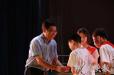 小学校长为每名毕业生颁发毕业证书 鞠躬568次