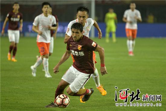 河北/图为河北华夏幸福队21号外援阿洛伊西奥(前)在比赛中。