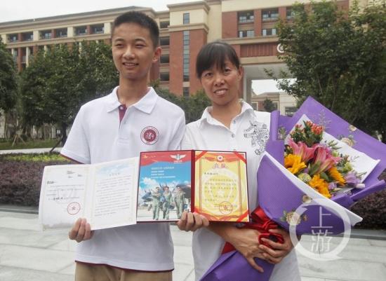 李成林是今年毕业于重庆八中的高三学生,他是一名理科男,在这次高考中图片