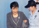 朴槿惠受审首露笑容