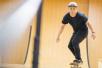 释小龙变身街头少年 一身休闲装扮玩滑板
