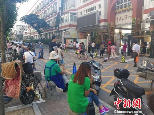 图为中关村一小门外等候接孩子的家长 <a target='_blank' href='http://www.chinanews.com/' >中新网记者 张尼 摄