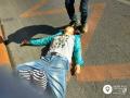 鞍山一女子突然倒在路中央 为救她民警阻断车流